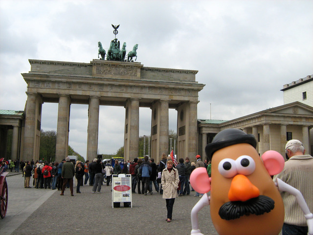 Mister Potato frente a la puerta de Brandenburgo de Berlín